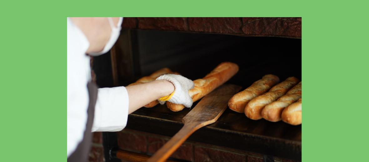 パンを釜から取り出す